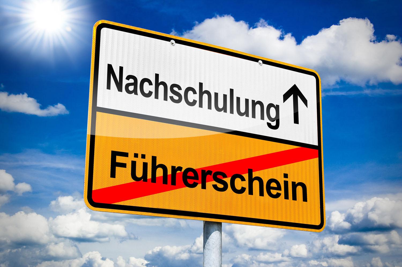 Ortseingangsschild mit Nachschulung und Führerschein